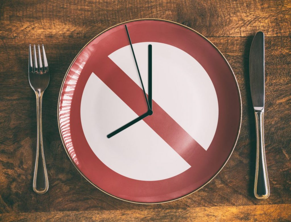 Empty plate symbolizes intermittent fasting for weight loss
