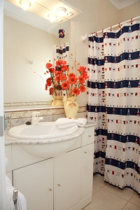 Decorate a bathroom with a nautical theme