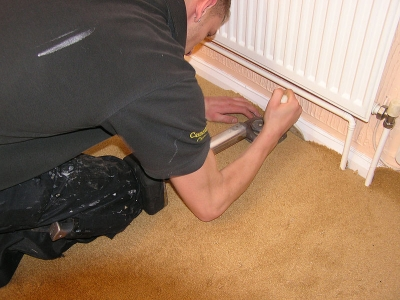 Stretching carpeting during installation